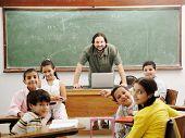 Постер, плакат: Учитель в классе с его мало счастливы студентов