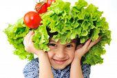 Постер, плакат: Ребенка с салата и помидор шляпой на голове поддельные волосы состоящие из овощей