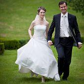 Постер, плакат: молодой Свадьба Пара свежезаваренным СР жених и невеста позирует на открытом воздухе на день их свадьбы