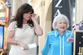 LOS ANGELES - AUG 22: Valerie Bertinelli, Betty White at a ceremony where Valerie Bertinelli is hono