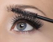 Make-up. Make-up. Anwendung von Mascara. Lange Wimpern