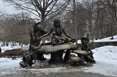 picture of alice wonderland  - Sculpture of Alice in wonderland built on 1959 by Jose de Creeft - JPG