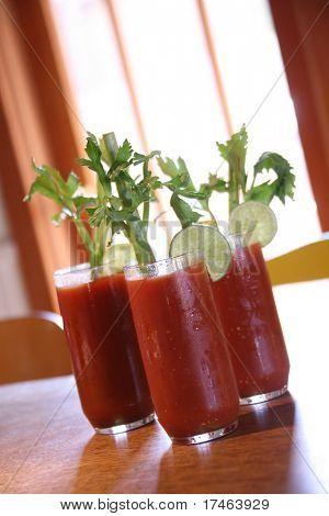 Постер, плакат: Три Кровавая Мэри коктейль напитки с высокой глубиной резкости, холст на подрамнике