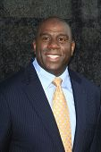 LOS ANGELES - 1 de OCT: Magic Johnson en el lanzamiento de deportes Time Warner de TWC Sportsnet y Deporte TWC