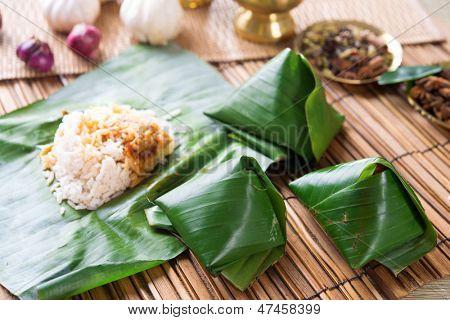 Постер, плакат: Наси лемак популярные блюда Малайзии завернутый с Банана Лиф , холст на подрамнике