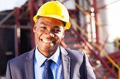 Постер, плакат: улыбаясь африканских инженер на промышленной площадке