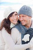 Постер, плакат: Счастливые здоровый пара на открытом воздухе наслаждаясь жизнью