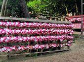 Постер, плакат: Ema металлических пластинк желание бляшками в храм в Киото Япония в форме сердца