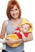 Постер, плакат: Рыжая женщина с ребенком в смешной костюм