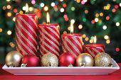 Постер, плакат: Зажженные свечи в обстановке Рождество с сезонные украшения