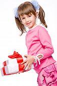 Постер, плакат: Очаровательны маленькая девочка с белый подарок коробку