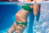 Постер, плакат: Красивая беременная женщина подводный голубой бассейн расслабленной
