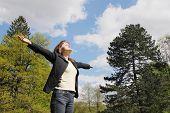 Постер, плакат: Женщина пользуется жизни на открытом воздухе