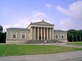 picture of greek-architecture  - The Staatliche Antikensammlungen  - JPG