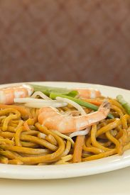 foto of lo mein  - Authentic Chinese Shrimp lo mein noodles at a restaurant - JPG