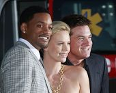 LOS ANGELES - 30 de JUN: Will Smith, Charlize Theron e Jason Bateman na estréia de 'Hancock' em