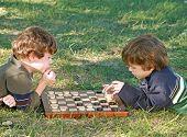 Постер, плакат: Мальчики играть в шашки