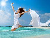 Постер, плакат: Красивая девушка прыжки на пляже Концепция отдыха