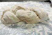 Постер, плакат: Кусок теста хлеб который был плетеные и ждет чтобы подняться до выпекаются
