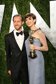 WEST HOLLYWOOD, CA - 24 FEB: Adam Shulman, Anne Hathaway bei der Vanity Fair Oscar Party bei Sonnenuntergang zu