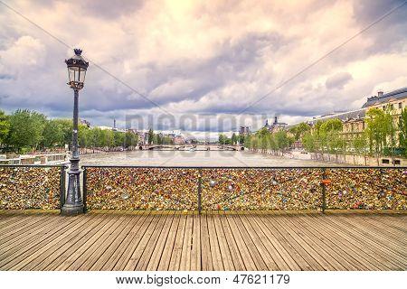 Постер, плакат: Любовь замки на Pont Des Arts мост река Сена в Париже Франция , холст на подрамнике