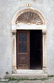 Постер, плакат: Двери на Старый заброшенный дом