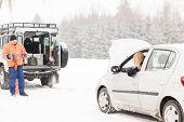 Постер, плакат: Зимняя автомобилей помощи человек помочь женщина снег дороги проблема пробоя