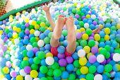 Постер, плакат: Девочка играя в игровая площадка красочные мяч бассейн