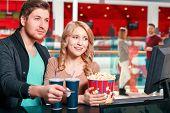 Постер, плакат: Couple buying popcorn and coke