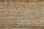 Постер, плакат: Латинский текст на древние стены
