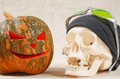 Постер, плакат: Большая веселый Хэллоуин тыква и череп с сигареты