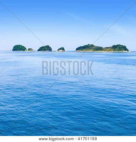 Постер, плакат: Малые острова на море и голубое небо Тоба Бэй Япония , холст на подрамнике