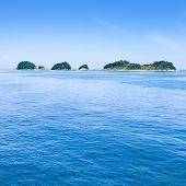 Постер, плакат: Малые острова на море и голубое небо Тоба Бэй Япония