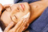 Постер, плакат: Человек получает крем массаж на лицо