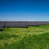 Постер, плакат: Солнечный свет как ресурс использования возобновляемых источников энергии: панели солнечных батарей в Солнечный день
