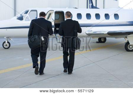 Постер, плакат: Бизнесмены ходить к корпоративной Jet, холст на подрамнике