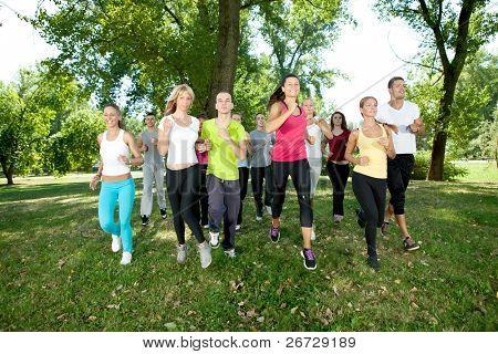 Постер, плакат: бегунов бег трусцой группы в парке, холст на подрамнике