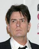 LOS ANGELES - 8 de JUL: Charlie Sheen llega a Choice Awards de la gente 2007 en el Shrine Auditorium
