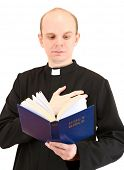 Постер, плакат: Священник с Холли Библии изолированные на белом