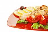 Постер, плакат: на гриле стейк из лосося на красную тарелку с помидорами