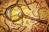 Постер, плакат: Винтажные увеличительное стекло лежит на древней карте Северного полюса также Гиперборея Арктический contine