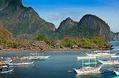 Постер, плакат: Традиционные лодки выносных Филиппинский в заливе