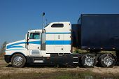picture of 18 wheeler  - A Big American Semi Trailer  - JPG