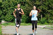 Постер, плакат: Пара молодых Фитнес мужчины и женщины на пробежку в парке