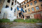 Постер, плакат: Портрет ярости чувак прыгает с курением трубка детонатор