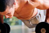 Постер, плакат: Человек тренировка в тренажерном зале отжиманий