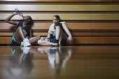 Постер, плакат: Баскетболисты отдыхает на обочине