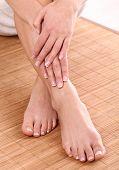 Постер, плакат: Босиком feets с хорошей чистой кожи крупным планом