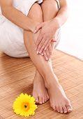 Постер, плакат: Босиком feets с хорошей чистой кожи и цветок крупным планом