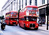 zwei rote Routemaster London Busse